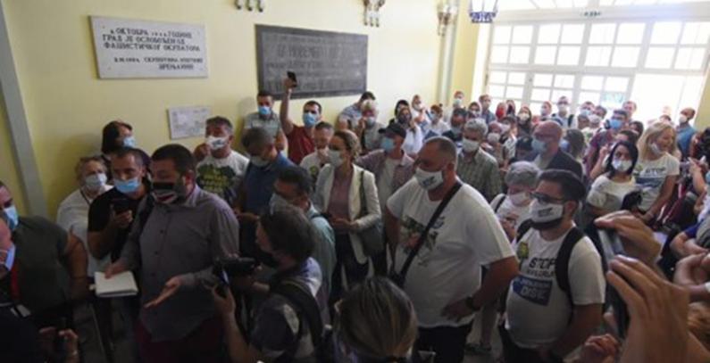 Policija sprečila ulaz na raspravu o fabrici guma Linglong u Zrenjaninu